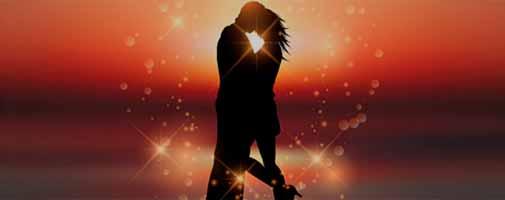 Влюбленные мужчина и женщина в лучах заката